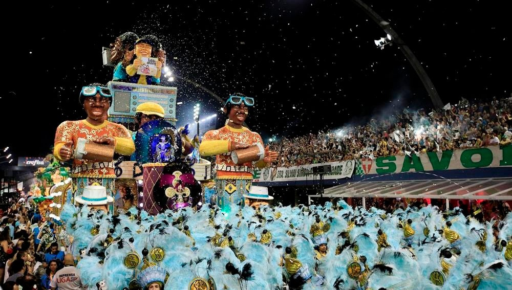 Integrantes de la escuela de samba del Grupo Especial Mancha Verde, participan en la celebración del carnaval