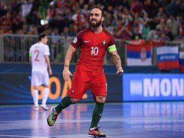Ricardinho celebra el 1-0 ante España