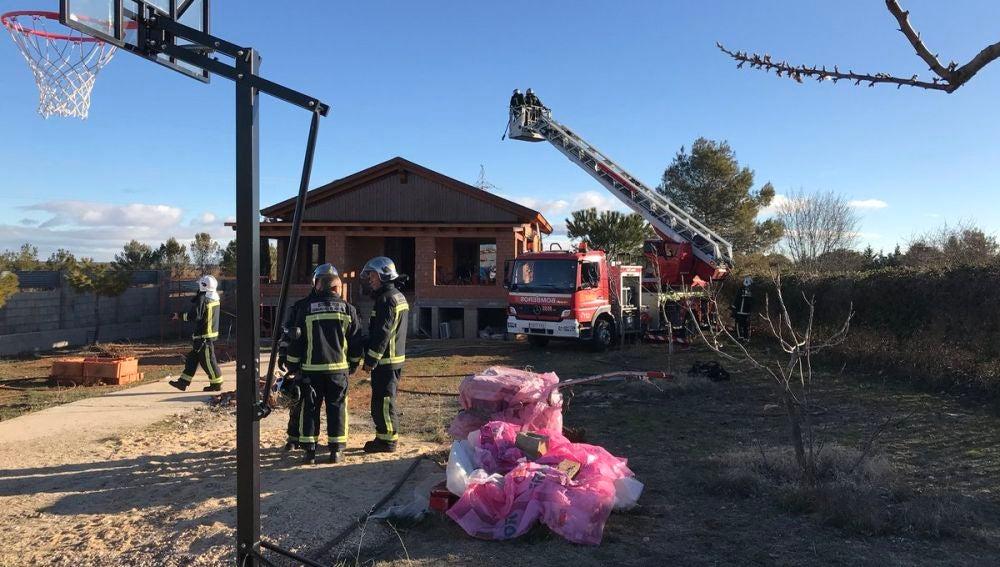 Bomberos apagando el incendio en Nuevo Baztan, en Madrid