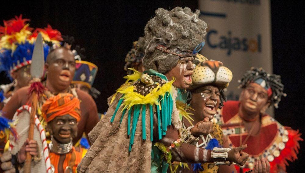 """La comparsa """"No tenemos el congo para farolillos"""", durante su actuación en la final del Concurso Oficial de Agrupaciones Carnavalescas de Cádiz"""