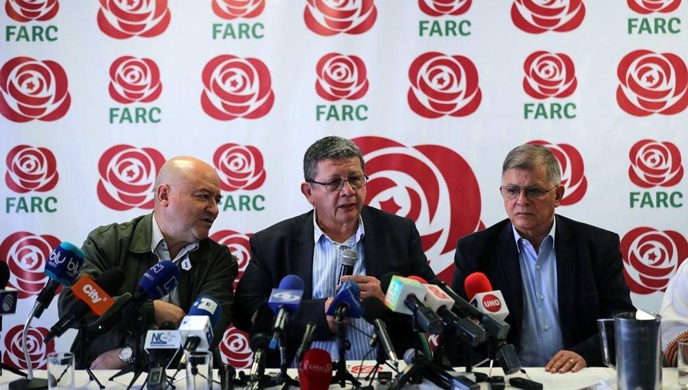 El director del partido Fuerza Alternativa Revolucionaria del Común (FARC), Jorge Torres Victoria, alias, Pablo Catatumbo, habla junto a Carlos Antonio Lozada y Rodrigo Granda