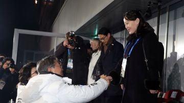 El presidente surcoreano, Moon Jae-in, da la mano a la hermana de Kim Jong-un