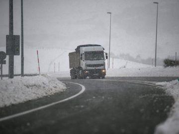 Un camión circula por la autopista A-67, a la altura de la localidad cántabra de Pesquera