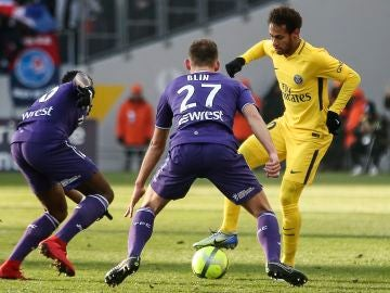 Neymar intenta zafase de la defensa del Toulouse