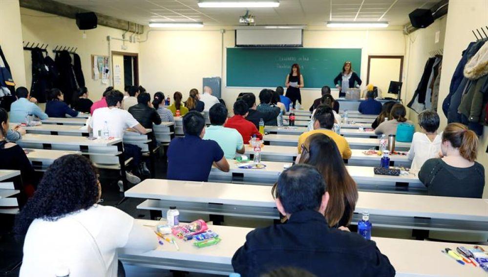 Interior de la Facultad de Ciencias de la Información antes del inicio del examen