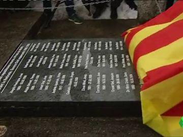 Descubren una placa cubierta con la bandera de Cataluña