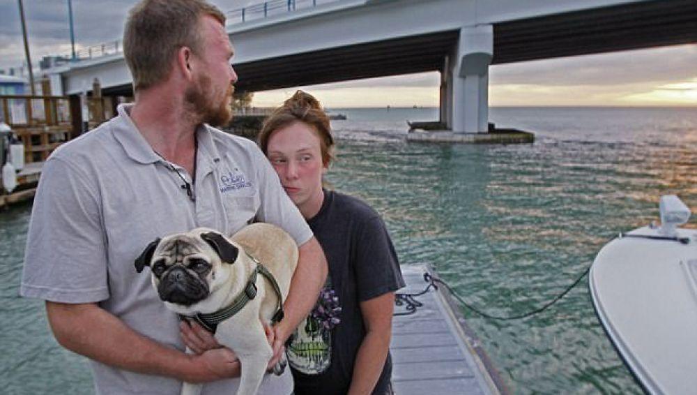 Tanner y Nikki junto a su perro tras el hundimiento de su barco