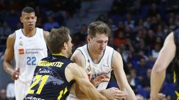 Doncic avanza con el balón ante la defensa de Abromaitis