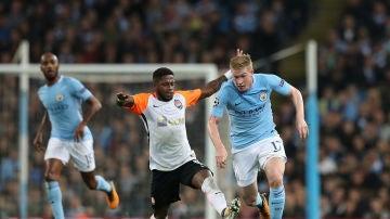 Fred intenta quitarle el balón a De Bruyne