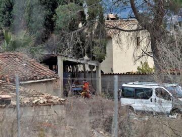 Un bombero trabaja junto a la vivienda, en la localidad de valenciana de Ontinyent