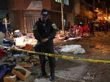 Una unidad de bomberos y miembros de la policía inspeccionan el lugar donde se produjo una explosión en Oruro (Bolivia).