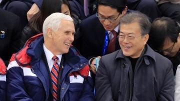 El presidente de Corea del Sur, Moon Jae-in, habla con el vicepresidente de EEUU Mike Pence
