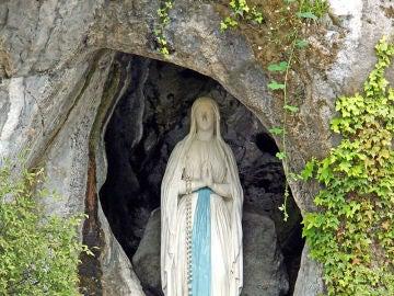 Imagen de Nuestra Señora de Lourdes en la gruta de Massabielle