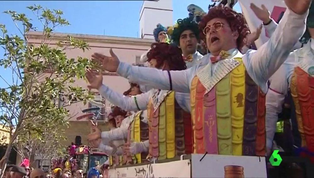 Un grupo disfrazado canta en el Carnaval de Cádiz