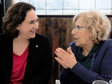 Las alcaldesas de Barcelona y Madrid, Ada Colau (i), y Manuela Carmena (d), durante el almuerzo
