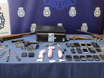 Artículos confiscados a los detenidos por introducir droga en maletas de mano