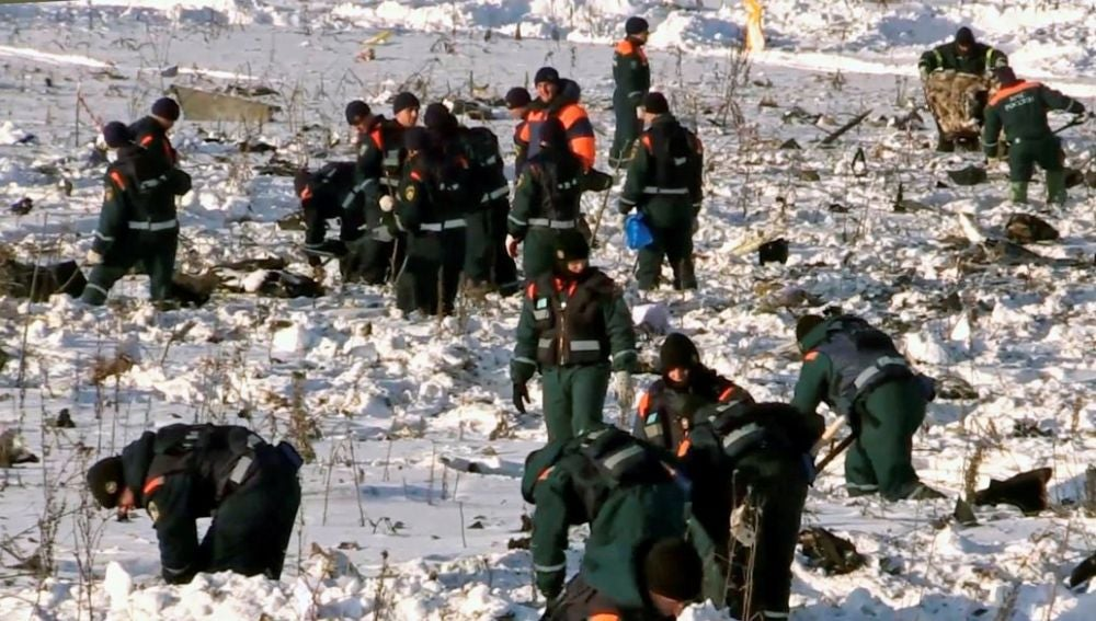 Trabajos de búsqueda en el lugar donde se estrelló el avión ruso AN-148