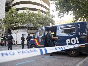 Agentes de la Policía Nacional en los aledaños del Bernabéu