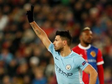 Agüero celebra su gol contra el Basilea