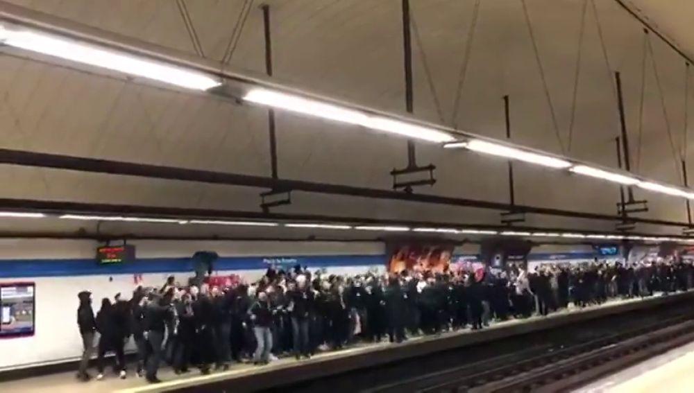 Los aficionados del PSG se hacen escuchar en el Metro de Madrid