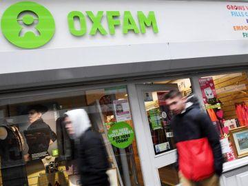 Peatones pasan delante de una tienda Oxfam en Londres, Reino Unido