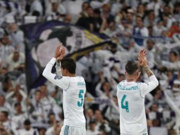 Sergio Ramos saluda a la afición junto a Varane