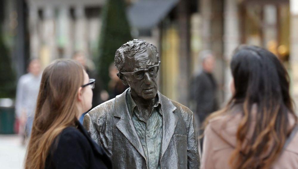 Turistas junto a la estatua de Woody Allen en Oviedo