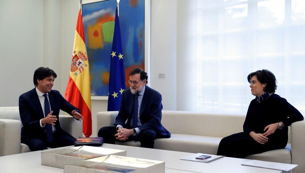 Mariano Rajoy junto a la vicepresidenta Soraya Sáenz de Santamaría y José Rosiñol, conversando sobre nuevas medidas de educación