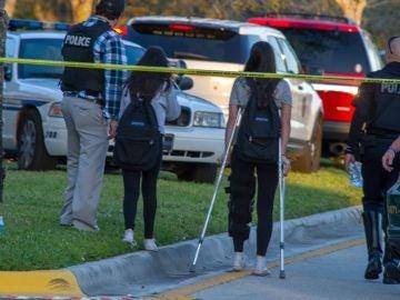 Miembros del personal de emergencias ayudan a varios estudiantes