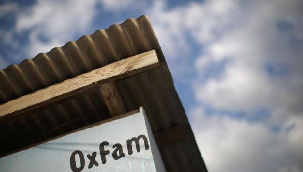El nombre de Oxfam en un quiosco de distribución de agua en Puerto Príncipe (Haití)