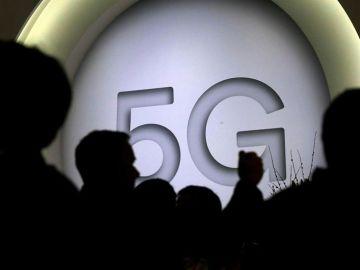 Cartel que anuncia la nueva tecnología 5G en el Mobile World Congress (MWC)