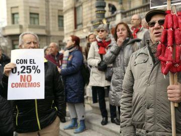 Jubilados se concentran en Bilbao para protestar por las pensiones