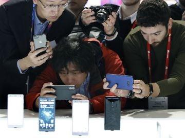 Asistentes al MWC fotografían las novedades de la compañía japonesa Sony Mobile