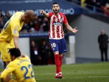 Carrasco da indicaciones durante un partido del Atlético de Madrid