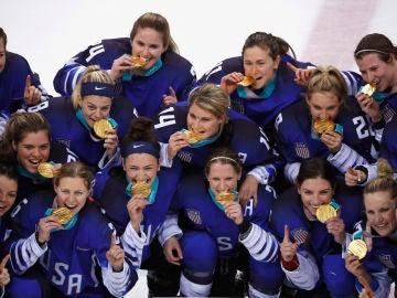 El equipo femenino de hockey hielo celebra el oro conseguido en Pyeongchang