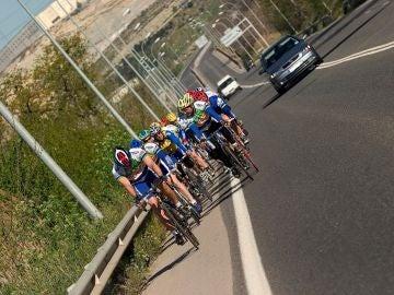 Grupo-ciclistas-adelantamiento_2.jpg