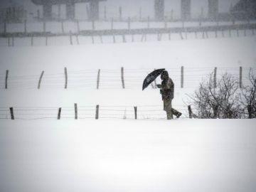 Un hombre camina entre la nieve