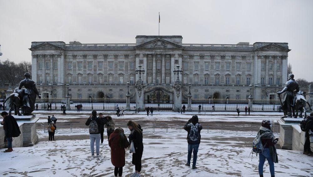 La nieve cubre los jardines frente al Palacio de Buckingham