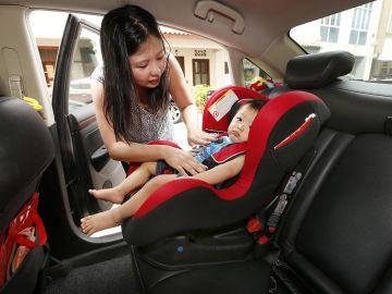 Bebé en una sillita del coche