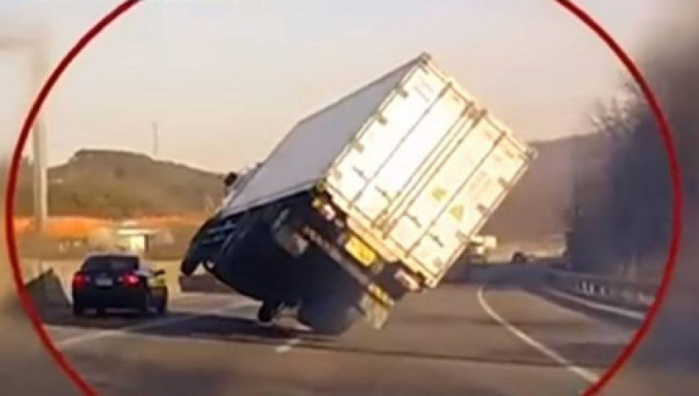 motorista-de-caminhao-faz-manobra-milagrosa-e-evita-tragedia-no-meio-da-estrada.jpg