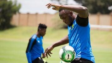 Bolt, jugando al fútbol