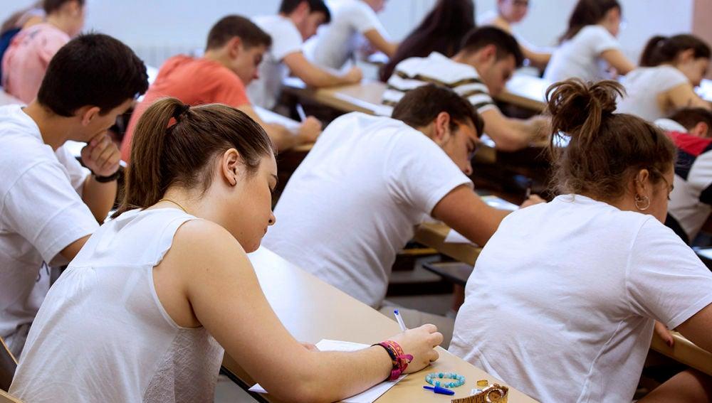 Un grupo de estudiantes universitarios durante un examen