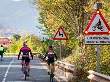 Ciclistas circulando por carretera