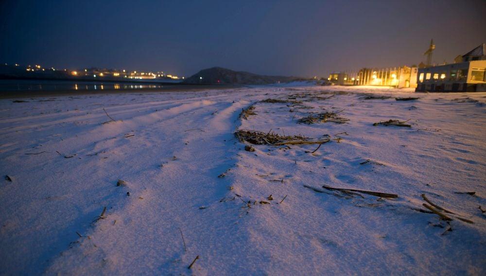 Playa de la Concha, en la localidad cántabra de Suances cubierta de nieve a primera hora