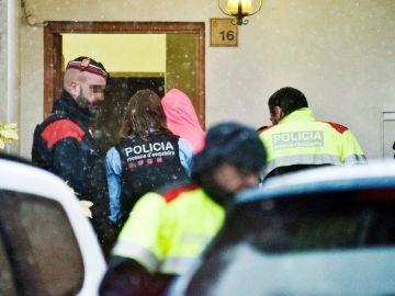 El hijo (capucha rosa) del presunto autor del doble crimen del pantano de Susqueda