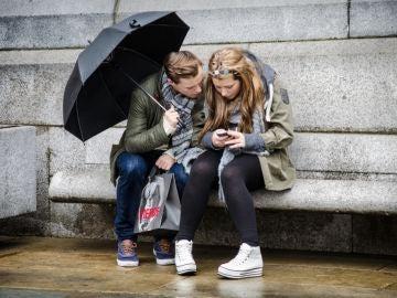 Niños con un teléfono móvil
