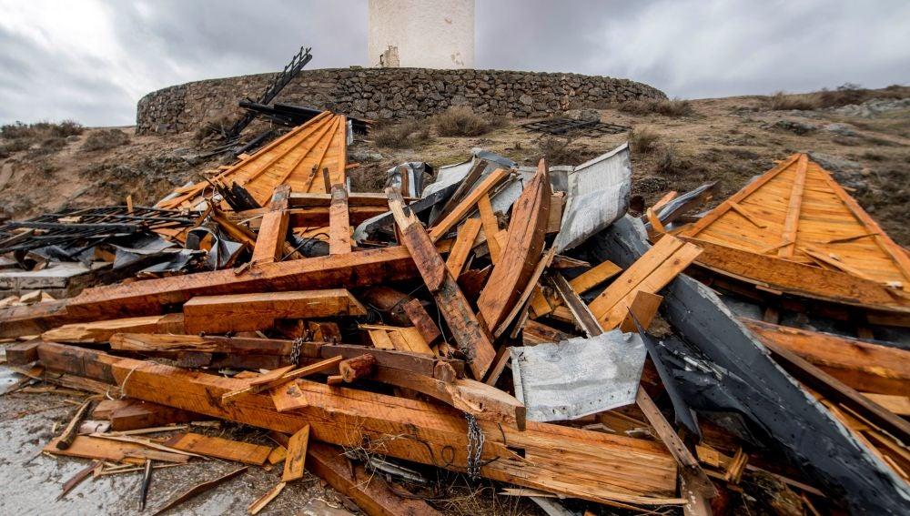 El fuerte viento que ha soplado esta tarde en Castilla-La Mancha ha causado importantes daños a los molinos de viento de Consuegra