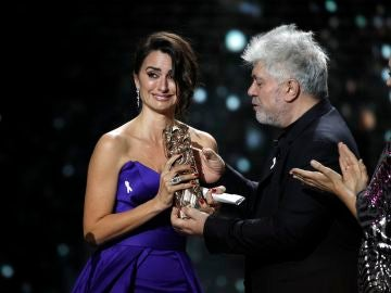 Penélope Cruz recibe el César de Honor de manos de Almodovar