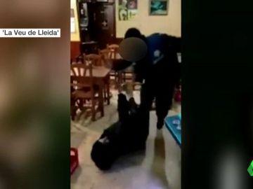 Investigan a un guardia urbano por un vídeo que muestra cómo le da una paliza a un joven en Lleida