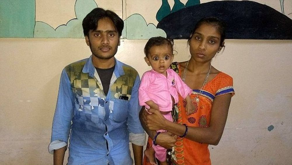 Prinsa, la pequeña bebé de siete meses, junto a sus padres